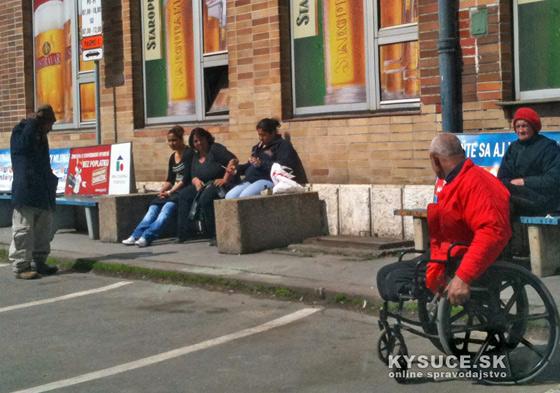Foto: Obyvatelia Bratislavskej ulice v Žiline často posedávajú na hlavnej železničnej stanici.