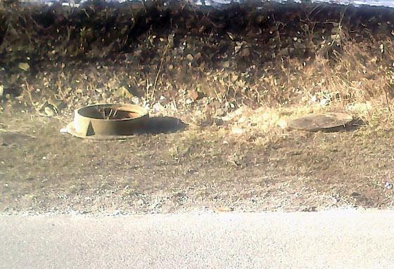 Zlodeji ukradli kovové poklopy z kanálov v Snežnici, polícia ich vypátrala + foto
