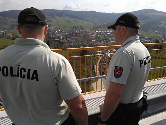 Muž chcel skočiť z mosta, policajti ho zachránili
