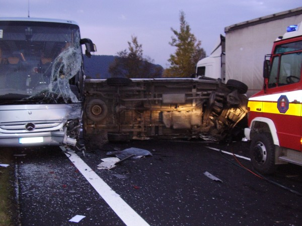 hromadna-dopravna-nehoda-pri-obci-krasno-nad-kysucou-oktober-2011.jpg