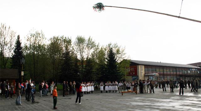 stavanie-maja-kysucky-lieskovec-2009-3.jpg