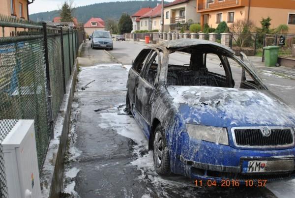 vecerny-poziar-auta-v-kysuckom-novom-meste-foto-8.jpg