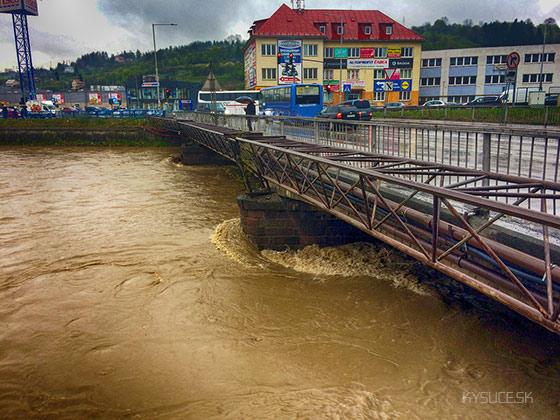 Video: Na rieke Kysuca vyhlásili 3. povodňový stupeň, polícia hlási prvú ob