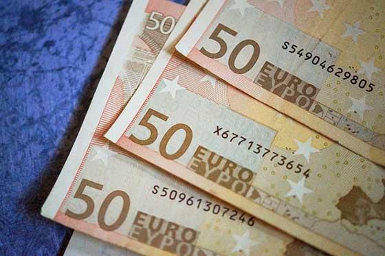Mladí muži ponúkajú falošné 50-eurové bankovky, nemajú stredový metalický pásik