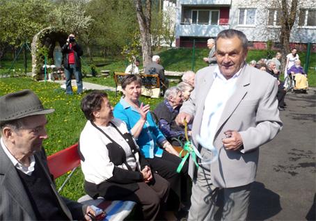 Veľkonočná oblievačka a stavanie mája potešili seniorov