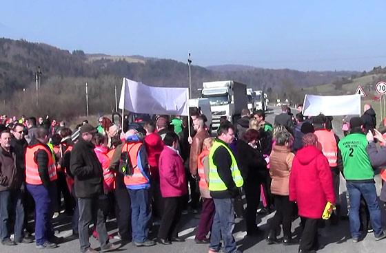 Video: Druhý protest za dostavbu diaľnice D3 zablokoval cestu medzi Čadcou a Žilinou