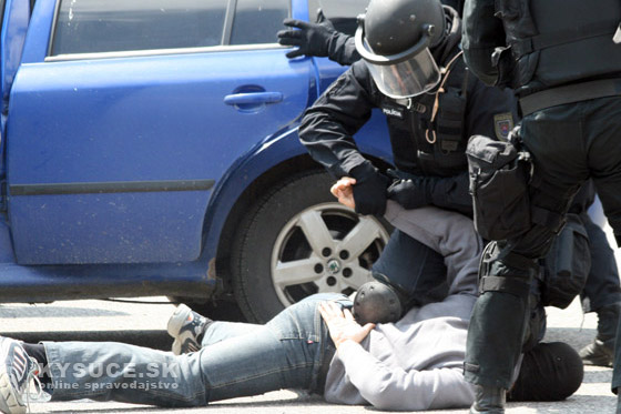 Policajti zadržali podozrivého z krádeže peňazí