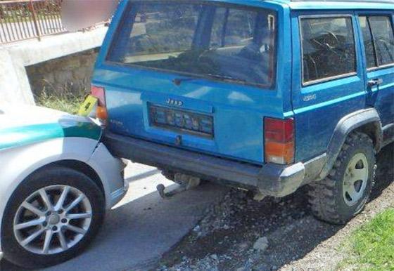 Opitý mladík bez vodičského preukazu unikal polícii, narazil do plota a následne aj do policajného auta