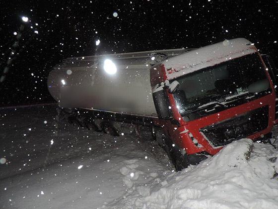 Dopravná nehoda osobného auta a kamiónu si vyžiadala dvoch zranených