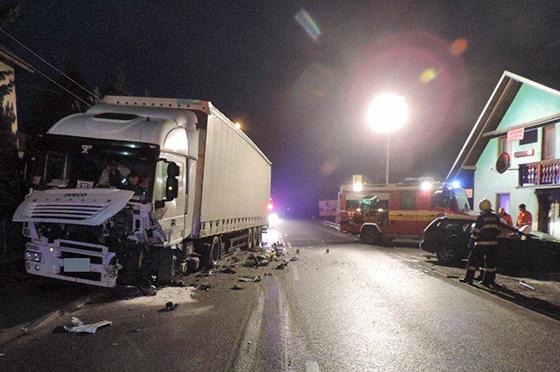 Svrčinovec: Po zrážke kamióna a osobného auto sú dve osoby ťažko zranené