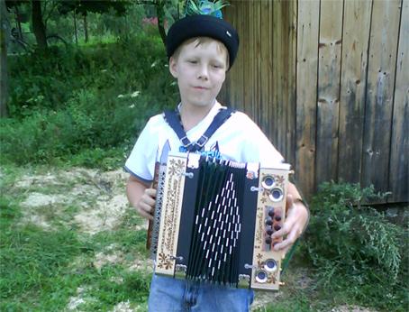 Augusta 2009 zazneli ozývajúce sa piesne heligónky v obci nová
