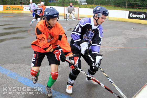 Video: Kysucká hokejbalová liga: Play-off zápasy mali ostrý štart + foto