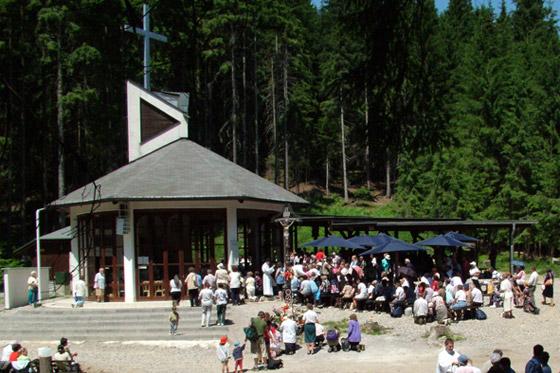 Dvojmetrové sochy sv. Cyrila a Metoda pribudli na pútnickom mieste Hora Živčáková