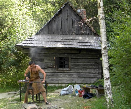 Kováčske remeslo v podaní zručných majstrov z Kysúc už tento víkend v skanzene Vychylovka