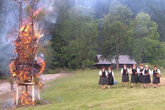 Jánske zvyky na Kysuciach: Pálenie svätojánskych ohňov v nedeľu v skanzene vo Vychylovke
