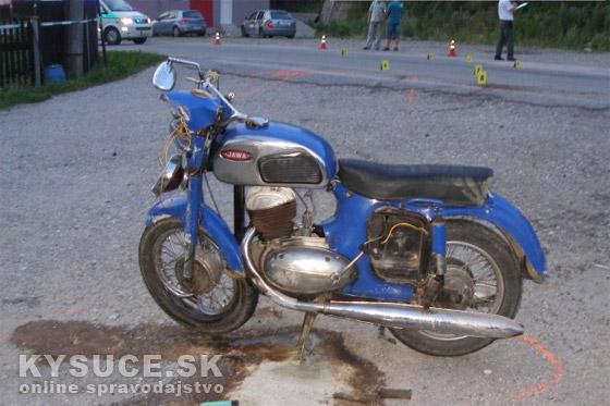 V obci Dlhá nad Kysucou zrazilo auto motocyklistu, ten utrpel tažké zranenia + foto