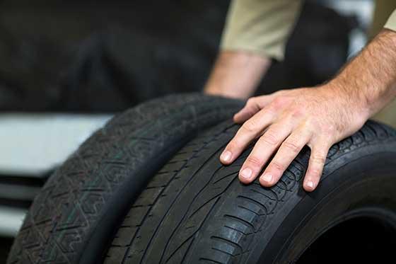 24 ročný Tomáš zokresu Čadca je podozrivý zpoškodenia pneumatík na 36 vozidlách vBytči