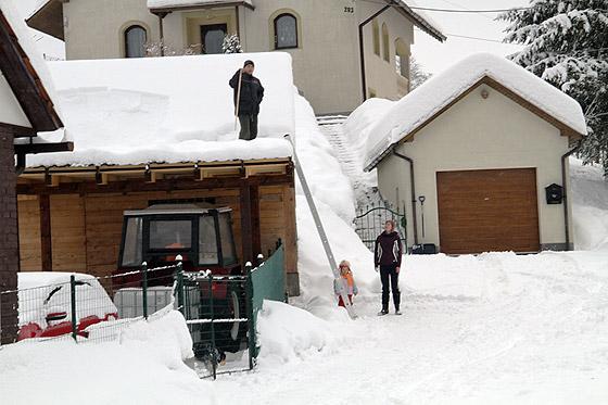 Video: V Snežnici odpratávajú sneh z ulíc i zo striech, pretože môže lámať strechy