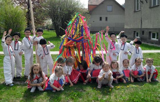 Stavanie mája si vyskúšali aj deti z materskej školy v Dolnom Vadičove