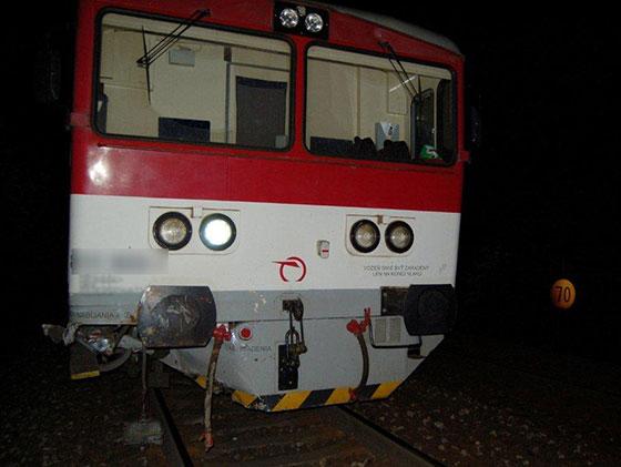 Tragická zrážka traktora s vlakom v obci Svrčinovec, vodič nafúkal 2,44 pro