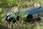 Dvaja opilci skončili s autami v priekope, tretí sa ovlažil v potoku + foto