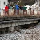 Video: Na Kysuciach sa pohli ľady. V Zborove nad Bystricou strhla prívalová vlna most