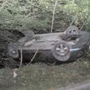 Mladý vodič skončil s autom prevráteným na streche