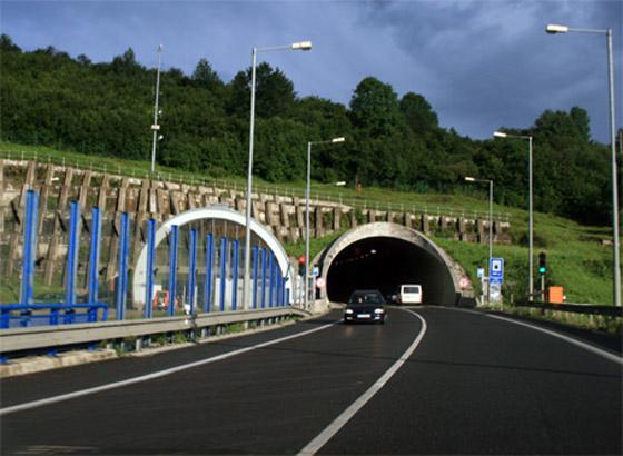 Pri tuneli Horelica zahynul po zrážke auta s dodávkou plnou migrantov jeden