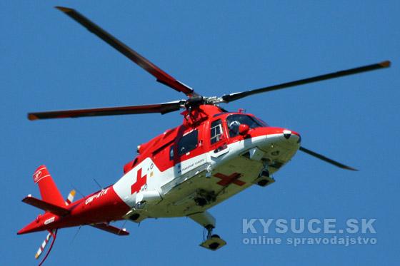 Pre zraneného motocyklistu v obci Rudinská letel záchranársky vrtuľník