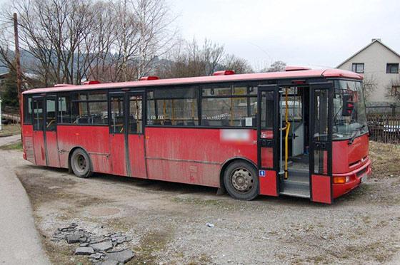 20 ročný mladík sa vlámal do autobusu na Podzávoze
